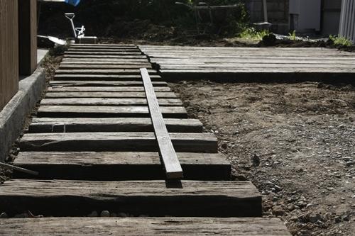 $リノベーションで心豊かな北海道の暮らしを実現したい!-枕木のアプローチ