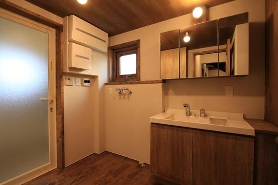 リノベーションで北海道の豊かな暮らし-札幌リノベーション_鉄階段とウッドデッキの家